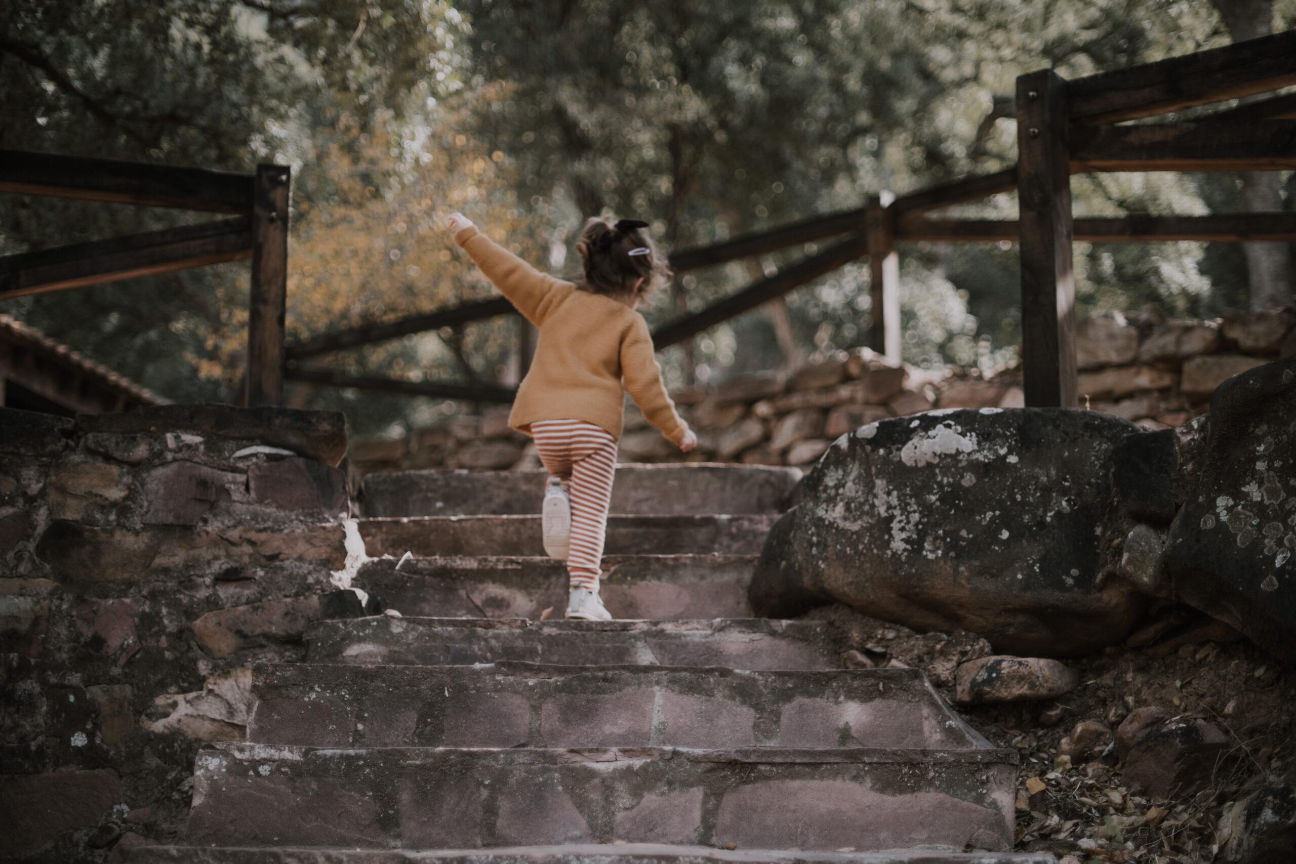 niña escalera