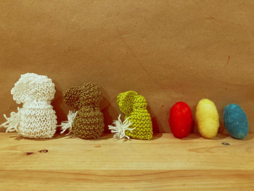 liebre de pascua tejida y huevo de lana cardada